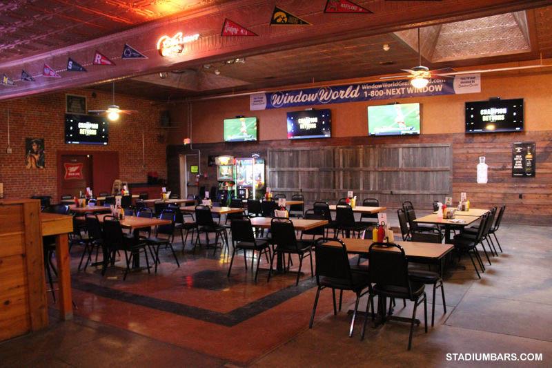 Jerry dan Stacia Fertig mengubah bekas restoran barbekyu menjadi J.B.'s Sports Bar and Grill di Holdrege